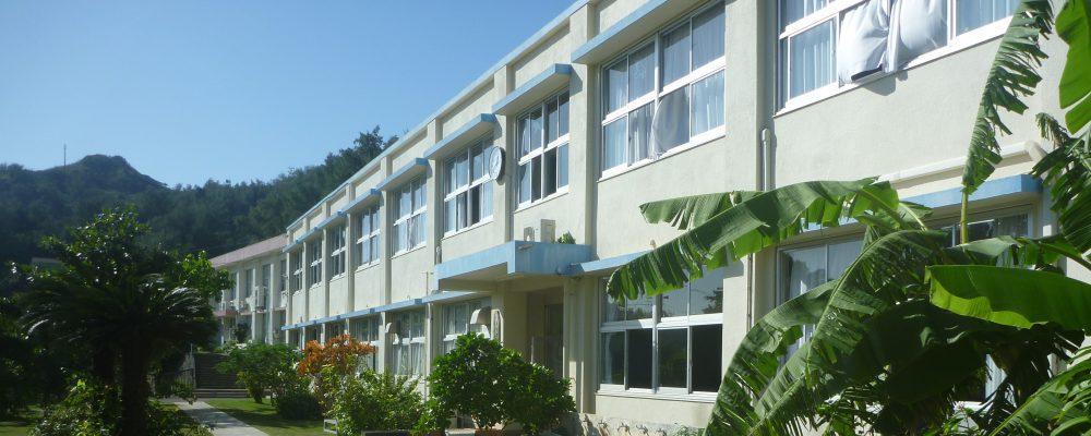 小笠原村立小笠原中学校は東京都竹芝桟橋から南に1000㎞、おがさわら丸で時間にして24時間、小笠原諸島の父島にある中学校です。